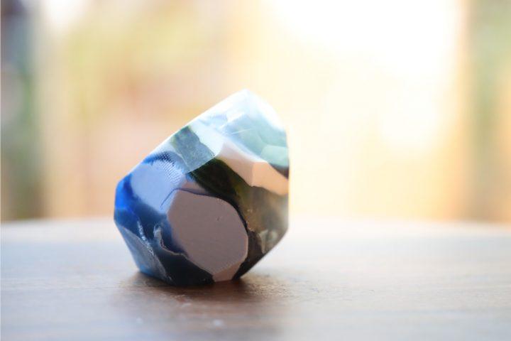 同じ紙コップで色を作って、鉱石っぽく。
